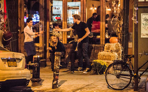 0_4200_84_2716_two_sidewalk-nightlife-Tam15